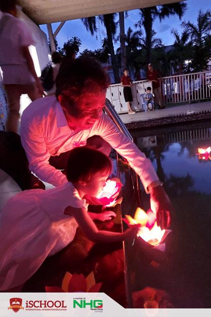 ISer mầm non cùng gia đình thả đèn hoa đăng