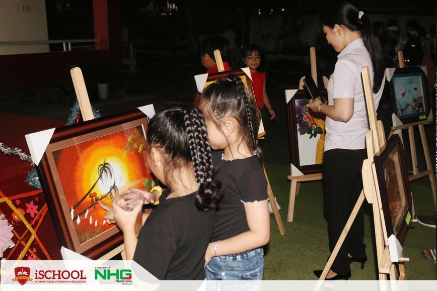 ISer cùng quý phụ huynh xem tranh triển lãm